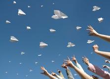 Les messages volent sur les avions de papier photographie stock