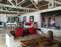 Les meubles - à l'intérieur d'une petite maison blanche photographie stock