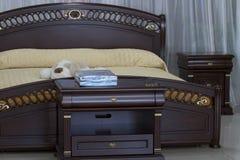 Les meubles en bois de chambre à coucher. Image libre de droits