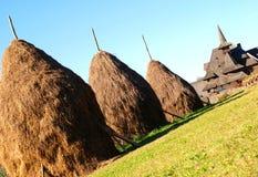 Les meules de foin s'approchent du monastère de Barsana Image stock