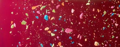 Les miettes d'une craie multicolore volent sur un fond vinicole Joie, carnaval Panorama Jeu pour des enfants photo stock