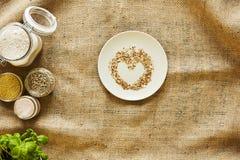 Les miettes de pain au coeur forment sur le paysage vif de cuisine de plat Image libre de droits