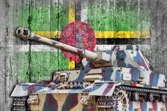 Les militaires échouent avec le drapeau concret de la Dominique Photos stock