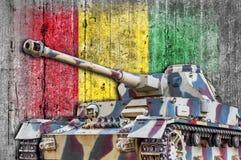 Les militaires échouent avec le drapeau concret de la Guinée Image libre de droits