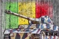 Les militaires échouent avec le drapeau concret du Mali photos stock