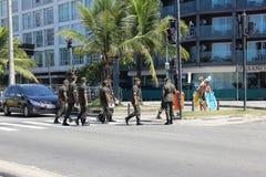 Les militaires aident dans le combat contre le virus de Zika à Rio Image stock