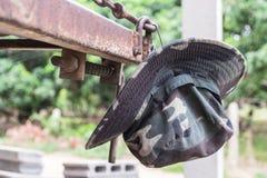 Les militaires camouflent le chapeau accrochant sur un matal Image libre de droits
