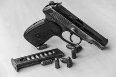 Les militaires combattent le pistolet en noir et blanc Images stock