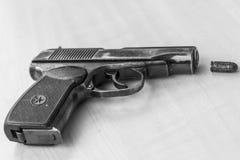 Les militaires combattent le pistolet en noir et blanc Photographie stock libre de droits
