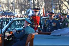 Les militaires considèrent le ZIL-117V sur la place du de palais Photos stock