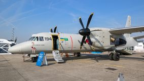 Les militaires d'Antonov An-132 transportent des avions Images libres de droits