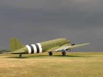 Les militaires de C-47 de cru transportent des aéronefs Images libres de droits