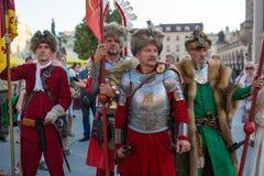 Les militaires de polonais dans des costumes historiques pendant la cérémonie sont le voeu des premières classes du lycée de janv Photographie stock