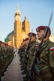 Les militaires de polonais dans des costumes historiques pendant la cérémonie sont le voeu des premières classes du lycée de janv Image stock