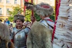 Les militaires de polonais dans des costumes historiques pendant la cérémonie sont le voeu des premières classes du lycée de janv Image libre de droits