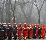 les militaires de pompiers défilent Photographie stock libre de droits