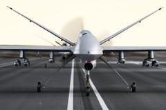 Les militaires ont armé des bourdons d'UAV se préparant au décollage sur une piste Images libres de droits