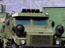 Les militaires patrouillent le véhicule blindé Photo libre de droits
