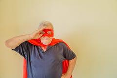Les militaires saluent par le vieux super héros Images libres de droits