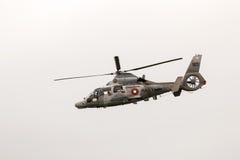Les militaires sauvent l'hélicoptère de panthère dans le salon de l'aéronautique photo libre de droits
