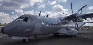 les militaires tactiques de Jumeau-turbopropulseur transportent la MAISON C-295M des avions EADS images libres de droits