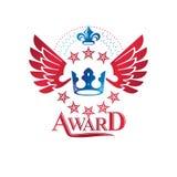 Les militaires tiennent le premier rôle l'emblème, symbole à ailes de récompense de victoire créé utilisant illustration de vecteur
