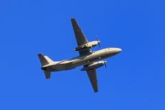 Les militaires transportent l'avion Antonov An-26 sur le fond de b Photo libre de droits