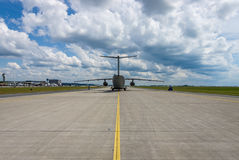 Les militaires transportent les avions Antonov An-178 sur la piste de roulement Photographie stock libre de droits