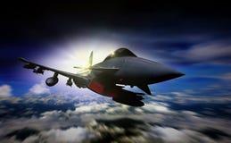 Les militaires voyagent en jet le vol pendant le lever de soleil avec le mouvement de tache floue Images libres de droits