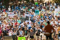 Les milliers écoutent le haut-parleur au rassemblement de jour de terre d'Atlanta images stock