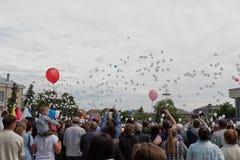 Les milliers de ballons blancs ont déchargé dans le ciel au défilé sur Vic photographie stock libre de droits