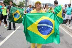 Les milliers de Brésiliens vont aux rues pour protester contre le cor Photo stock