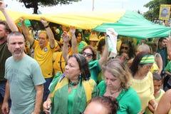 Les milliers de Brésiliens vont aux rues pour protester contre le cor Photo libre de droits
