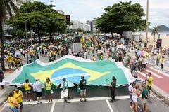 Les milliers de Brésiliens vont aux rues pour protester contre le cor Image libre de droits
