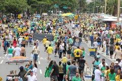 Les milliers de Brésiliens vont aux rues pour protester contre le cor Images libres de droits