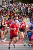 Les milliers de coureurs participent à l'épreuve sur route d'Atlanta Peachtree Photos stock