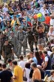 Les milliers de personnes marchent avec la hausse de quatre jours Photo libre de droits