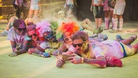Les milliers de personnes participent à la course 2014 de couleur à Milan, Italie Images stock