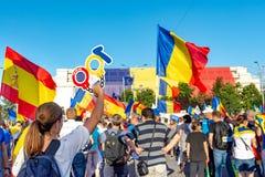 Les milliers de protestataires se sont rassemblés dans les villes à travers la Roumanie photographie stock libre de droits