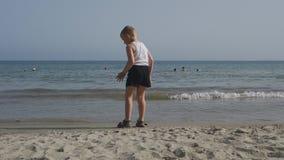 Les milliers de touristes visitent des hôtels de la Bulgarie pendant l'été pour détendre sur la côte de la Mer Noire clips vidéos