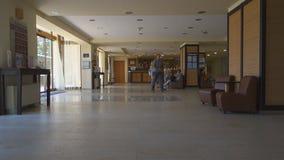 Les milliers de touristes visitent des hôtels de la Bulgarie pendant l'été pour détendre sur le lobby et l'hôtel Sol Nessebar de  banque de vidéos