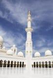 Les minarets blancs de la mosquée d'Abu Dhabi Les EAU Photos libres de droits