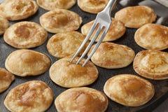 Les mini crêpes néerlandaises de cuisson ont appelé des poffertjes Images stock