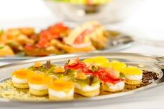 Les mini desserts d'apéritifs sur la restauration ballottent la plaque image libre de droits