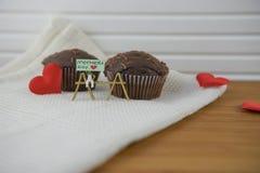 Les mini gâteaux de chocolat pour le jour de mères avec le coeur d'amour forme Photographie stock libre de droits