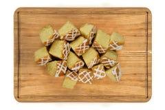 Les mini morceaux de citron durcissent sur le plat en bois Images stock