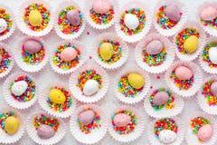 Les mini oeufs de Pâques, bonbons au chocolat ont formé des oeufs d'oiseau pour Pâques Image stock