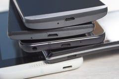 Les mini ports d'usb dans des téléphones portables ont arrangé un sur l'autre photographie stock libre de droits