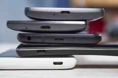 Les mini ports d'usb dans des téléphones portables ont arrangé un sur l'autre photo libre de droits