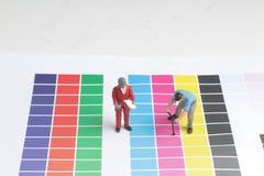 les mini travailleurs sur examiner la discrimination raciale photo stock